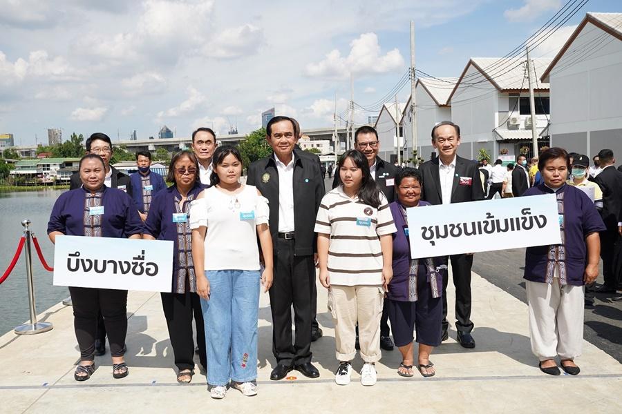 ภาพ-ชาวชุมชนบึงบางซื่อ เเละนายกรัฐมนตรี ถ่ายรูปร่วมกันบริเวณบึงน้ำของชุมชน
