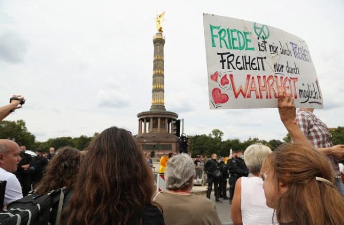 ไม่กลัวระลอก2!ผู้ชุมนุมในเยอรมนีและโปแลนด์ยังเดินหน้าประท้วงต้านมาตรการสกัดโควิด-19