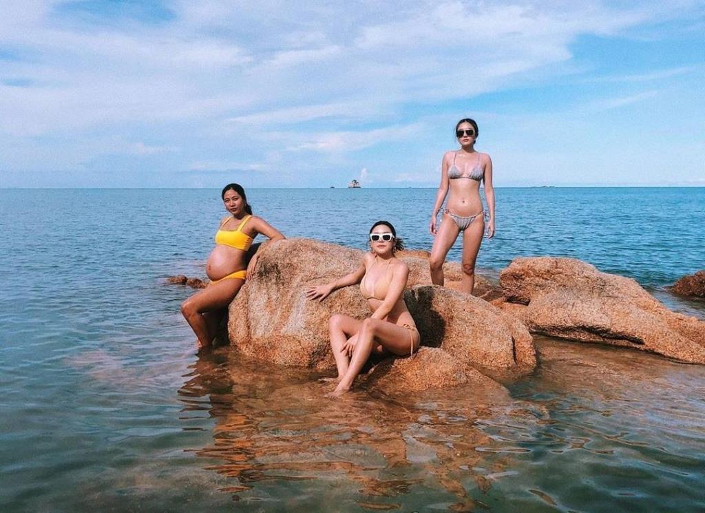 """""""หญิงแม้น-ม.ร.ว.แม้นนฤมาส ยุคล"""" อุ้มท้องถ่ายประชันชุดว่ายน้ำกับเพื่อนสาว"""