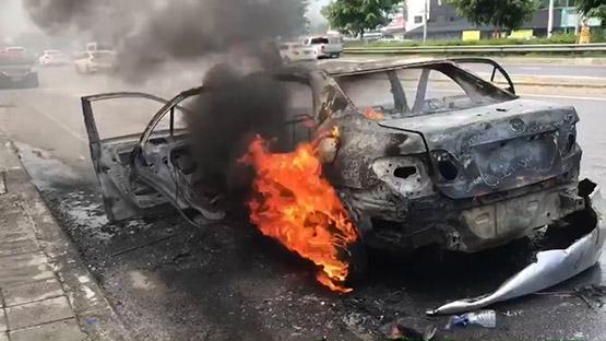 ไฟไหม้รถ 2 สามีภรรยาวิ่งหนีตายหลังรถระเบิดเสียหายทั้งคัน