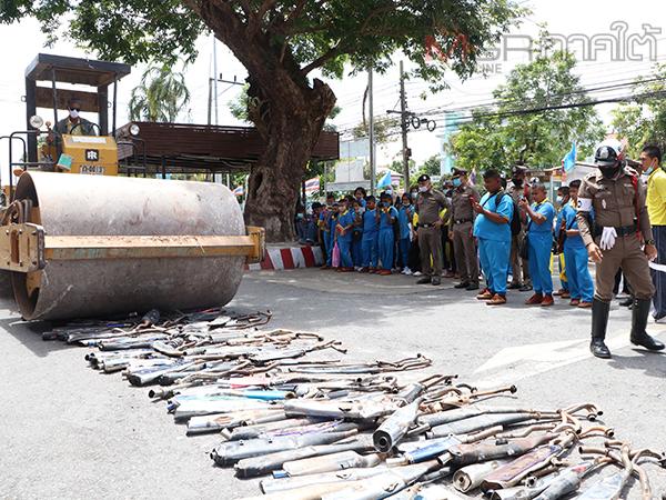 ตร.พัทลุงเปิดกรุทำลายท่อไอเสียกว่า 300 อันที่ยึดจากวัยรุ่นแข่งซิ่งบนถนนในเดือนที่ผ่านมา
