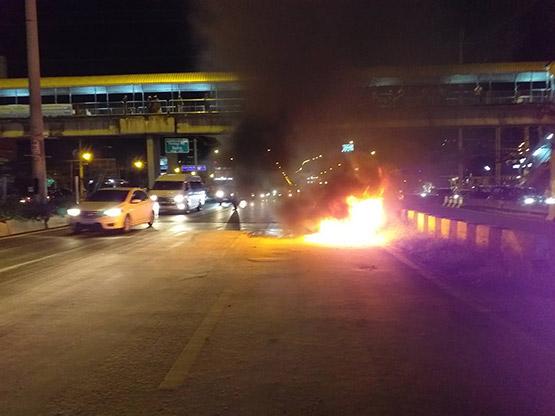 สาวขับเบนซ์จากกรุงเทพมาปทุมฯ จู่ๆไฟลุกห้องเครื่องเสียหายทั้งหมด