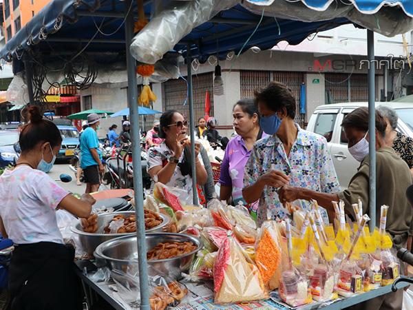 """ชาวพัทลุงออกจับจ่ายซื้อขนมเดือนสิบ เตรียมทำบุญ """"วันสารทเดือนสิบ"""" ประเพณีชาวใต้"""