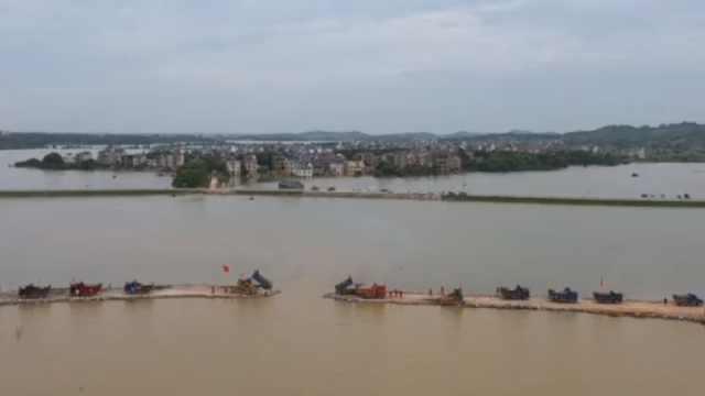 เขื่อนกั้นแม่น้ำอิ่นหม่าในเมืองเต๋อฮุ่ย มณฑลจี๋หลิน ได้รับผลกระทบจากฝนตกอย่างต่อเนื่องและการระบายน้ำท่วมจากอ่างเก็บน้ำทางต้นน้ำ เป็นเหตุให้เขื่อนแตก  ชาวบ้านนับพันหนีเขื่อนแตกอลหม่านทั้งคืนในวันที่ 13 ก.ย.2020 (ภาพ สื่อจีน)