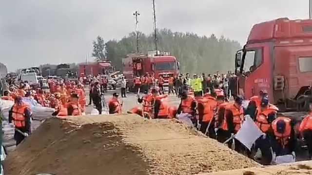 หน่วยดับเพลิงและหน่วยกู้ภัยพิบัติน้ำท่วมกำลังลงพื้นที่ปฏิบัติการกู้ภัย (ภาพจากโซเชียลมีเดีย 'เวยปั๋ว' หน่วยกู้ภัยมณฑลจ๋หลิน)