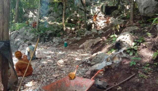 ชาวบ้านนำ จนท.บุกตรวจสอบพระยึดถ้ำกลางป่าสงวนฯแม่เมาะ โดนด่ากราดยันบรรพบุรุษแถมท้าให้จับซ้ำ
