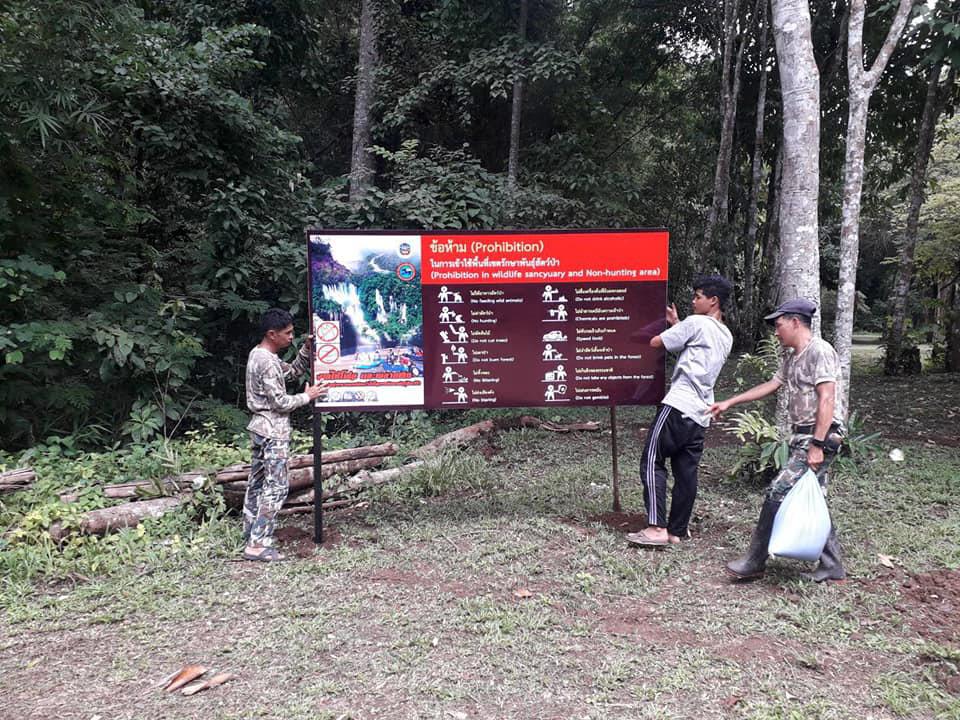 เขตรักษาพันธุ์สัตว์ป่าอุ้มผาง ปรับปรุงป้ายต่าง ๆ รับการเปิดน้ำตกทีลอซู  (ภาพ : เพจ เขตรักษาพันธุ์สัตว์ป่าอุ้มผาง)