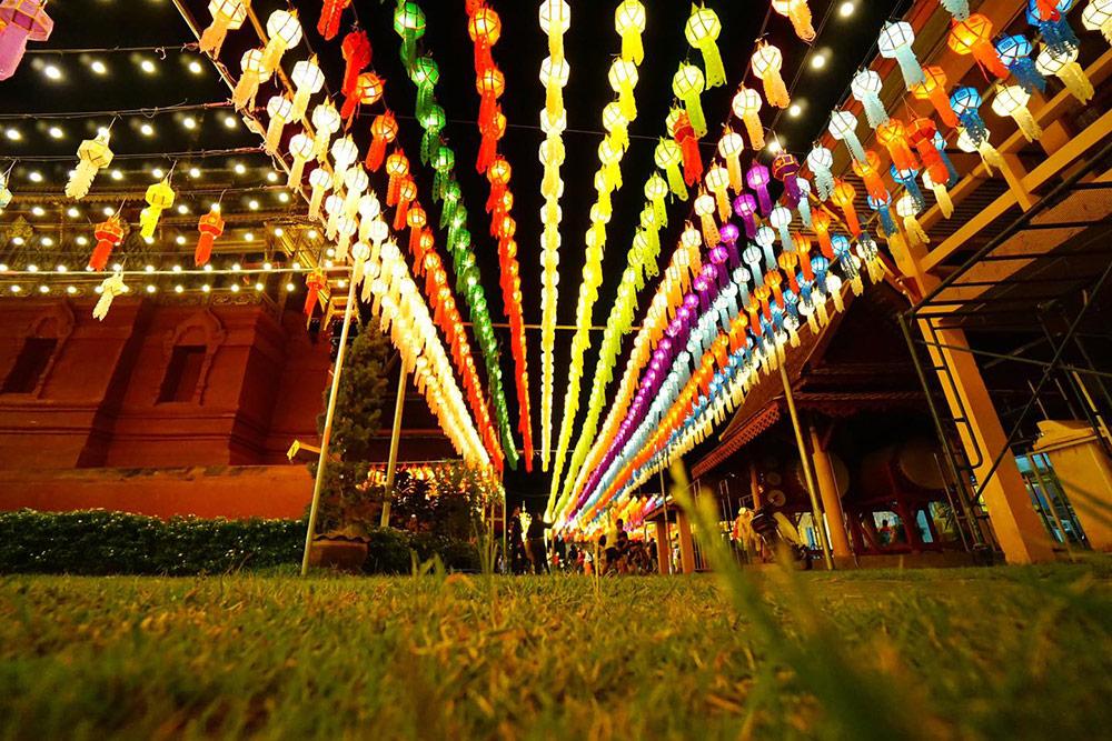 เทศกาลโคมแสนดวงที่เมืองลำพูน (ภาพ : เพจ โคมแสนดวงวัดพระธาตุหริภุญชัย)