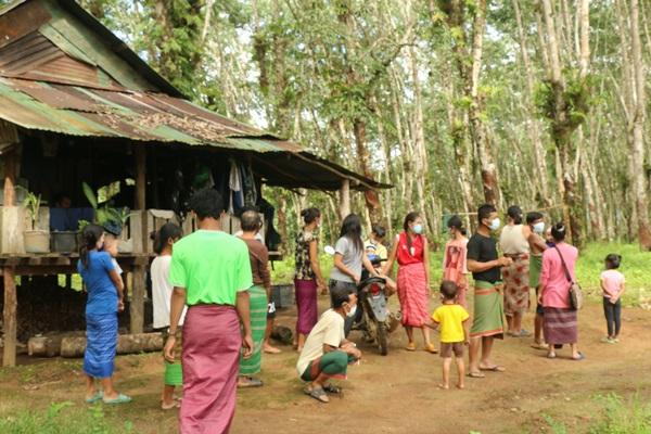 ผอ.รพ.สต. นำทีมลุยให้ความรู้ ประชาชนชุมชนไทยเชื้อสายกะเหรี่ยง ป้องโควิด-19