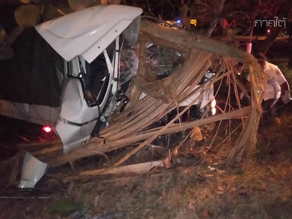 คาดคนขับหลับใน! รถ 6 ล้อ ตชด.ภาค 4 เสียหลักชนต้นไม้ริมทางเจ็บ 4 ที่พัทลุง