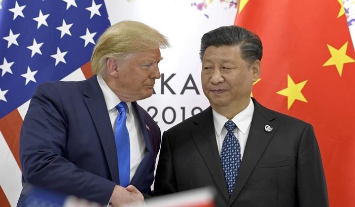 (ภาพจากแฟ้ม) ประธานาธิบดีโดนัลด์ ทรัมป์ ของสหรัฐฯ หารือกับประธานาธิบดีสี จิ้นผิง ของจีน ระหว่างที่ทั้งคู่ต่างไปร่วมการประชุมซัมมิตของกลุ่ม จี-20 เมื่อปลายเดือนมิถุนายน 2019 ในเมืองโอซากา ประเทศญี่ปุ่น