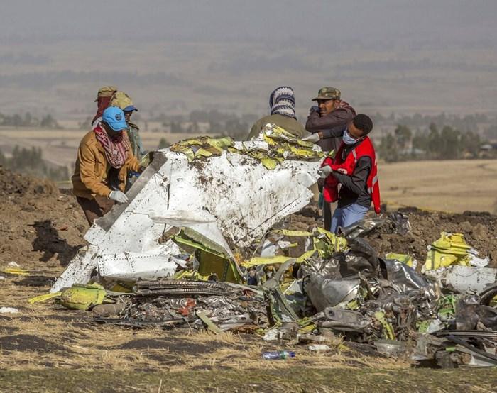 (ภาพจากแฟ้ม) เจ้าหน้าที่ค้นหาซากเครื่องบินโบอิ้ง 737 แมกซ์ ของสายการบินเอธิโอเปียน แอร์ไลนส์ ซึ่งตกในบริเวณนอกกรุงแอดดิสอาบาบา ประเทศเอธิโอเปีย เมื่อวันที่ 11 มี.ค. 2019