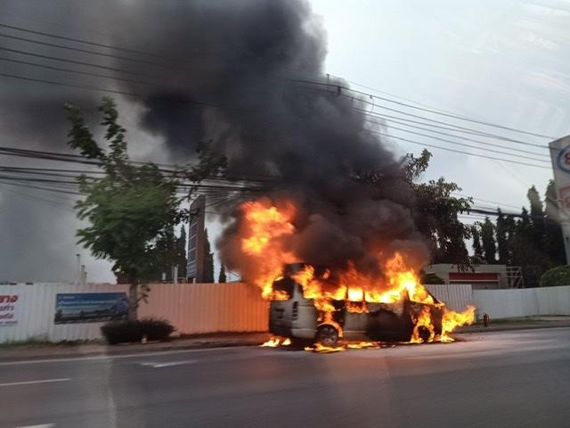 ระทึก ไฟไหม้รถตู้วอดทั้งคัน โชเฟอร์สาวรอดตายหวุดหวิด