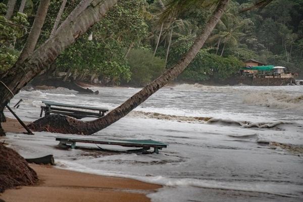 """อิทธิพล """"โนอึล"""" ทำท้องทะเลเมืองตราด – จันทบุรีน่าห่วงคลื่นสูง 2-3 เมตร"""