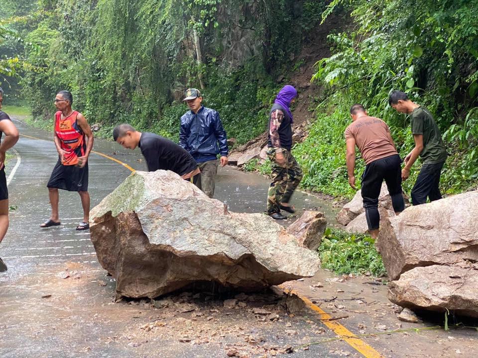 """""""โนอึล""""พ่นพิษ พายุถล่ม ทำน้ำท่วม-ต้นไม้ใหญ่ล้มขวางถนนชนเขาใหญ่ (ภาพ : เพจ ปากช่องไทม์)"""