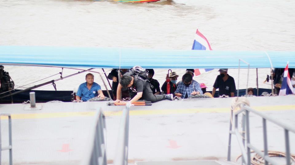 """""""เพจก้าวหน้า"""" เผยขบวนเรือม็อบ 19 จากนนทบุรีฝ่าด่านสกัดขึ้นฝั่งที่ท่าพระจันทร์สำเร็จ"""