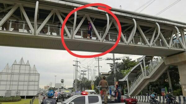 ระทึก! นร.ม.3 รร.ดังเมืองสัตหีบป่วยซึมเศร้าก่อเหตุจะกระโดดสะพานลอยฆ่าตัวตายซ้ำ โชคดีช่วยทัน