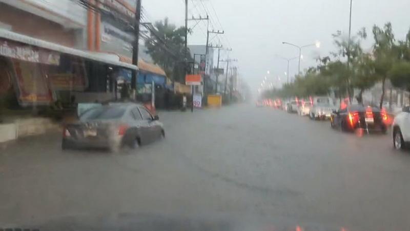 อุบลฯฝนยังตกหนัก 2 สายการบินต้องบินวนก่อนลงจอด น้ำฝนยังท่วมถนนหลายสาย