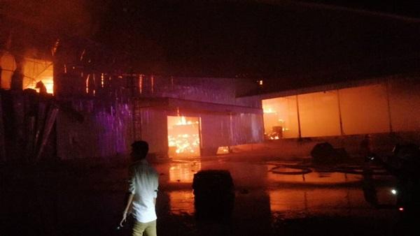 เพลิงไหม้!!!  เผาวอด 2 โกดังเก็บเยื่อกระดาษ ที่ ศรีราชา จ.ชลบุรี