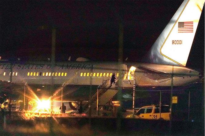 ประกายไฟลุกพรึบ!เครื่องบินรองปธน.สหรัฐฯมีเสียว ชนนกขณะเทคอออฟ(ชมคลิป)
