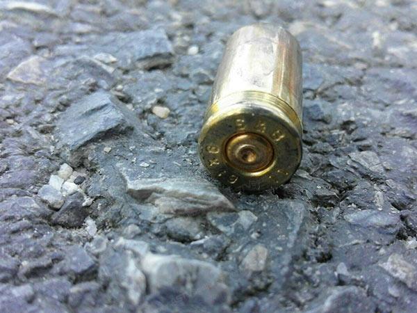 คนร้ายประกบยิง ผช.ผญบ.ดับหลังออกเวร รปภ.โรงเรียน พร้อมขโมยปืนหนีไปด้วย