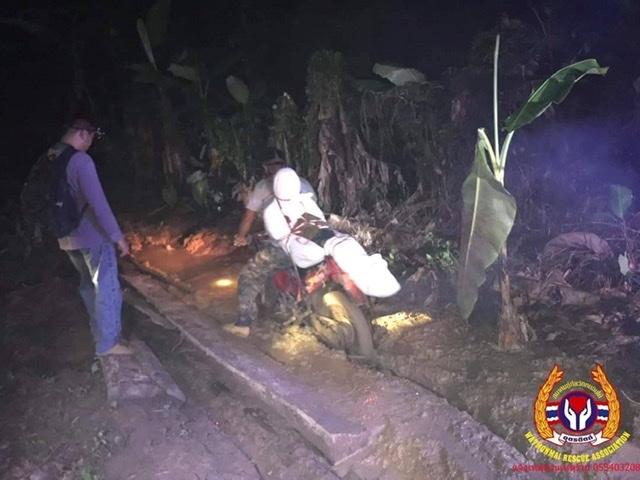 สลด!หญิงมาลาบรีโดนไม้พื้นขนำเฝ้าไร่หนีบคอดับ กู้ภัยฯต้องมัดศพติดตัวบึ่ง จยย.ลงเขา