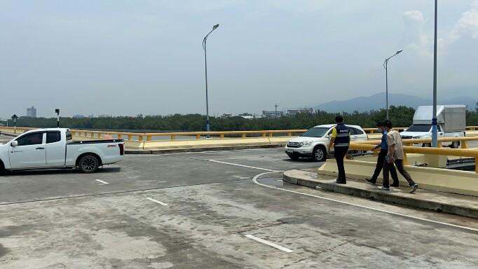 นายก อบจ.ชลบุรี  สั่งยกระดับความปลอดภัยจุดสามแยกสะพานชลมารควิถีฯหลังอุบัติเหตุถี่