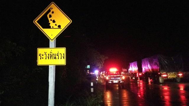 ฝนถล่มไม้ใหญ่ล้มปิดโค้งผาระกาถนนตาก-แม่สอด รถติดบนดอยยาวเป็นกิโลฯ