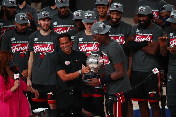 """""""ไมอามี"""" ปิกจ๊อบ 4-2 ทะลุชิง NBA หนแรกรอบ 6 ปี ปะทะ """"เลเกอร์ส"""""""