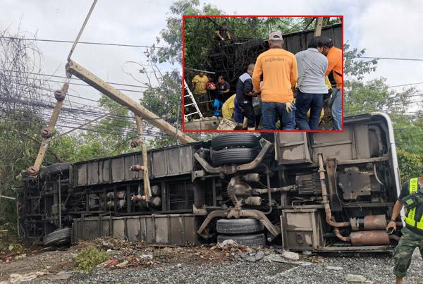 หวิดซ้ำรอยทัวร์มรณะ! รถบัสโดยสารหมุนควงสว่านพุ่งตกถนนชนเสาไฟฟ้าหักพลิกคว่ำที่โคราช