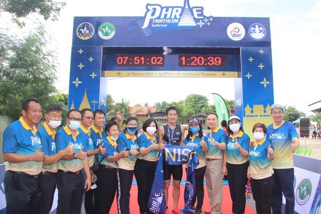 """จอมอึดซามูไร-รุ่งนภา กุศล คว้าแชมป์ไตรกีฬา """"Phrae Triathlon"""" วิ่ง ว่าย ปั่น เลาะเลี้ยว เมืองแป้ ม่วนใจ๋แต๊เจ้า"""