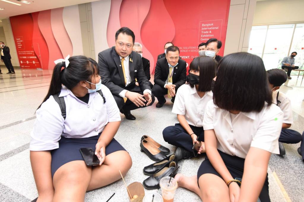 """""""สุชาติ"""" ยิ้มคนไทยแห่ร่วมงาน Job expo มั่นใจเกิดการจ้างงาน ปลุกศก.นำชาติสู่สภาวะปกติ เผยนิสิต- น.ศ.ฝากขอบคุณ """"บิ๊กตู่""""ช่วยเด็กจบใหม่"""