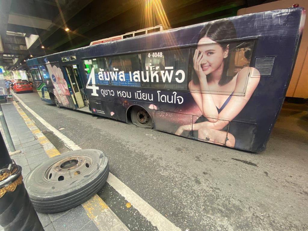 รถเมล์สาย 77 ยางแตกเสียกลางถนนสีลม จราจรติดขัด จนท.เร่งเคลื่อนย้ายออก