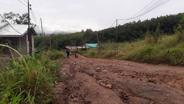 ทุกข์ของชาวบ้านหลังวัดสมเด็จ ถนนมีสภาพเป็นดินโคลนทำให้เกิดอุบัติเหตุบ่อยครั้ง
