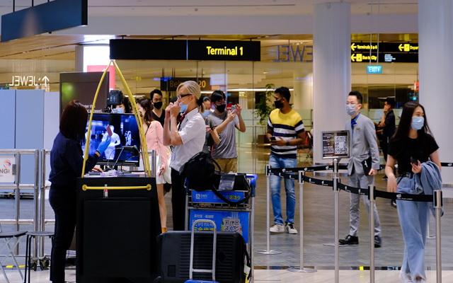 ภาพสนามบินชางงีที่มีการนำเทคโนโลยีไบโอเมตริกซ์เข้ามาทดลองใช้