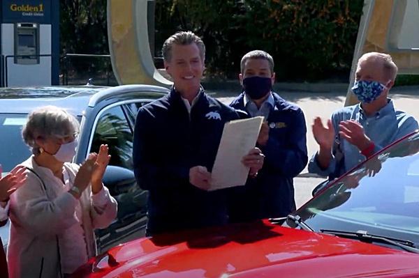 Gavin Newsom ผู้ว่าการรัฐแคลิฟอร์เนียลงนามในคำสั่งห้ามขายรถยนต์เบนซินใหม่