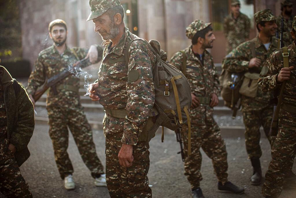 คนเชื้อสายอาร์เมเนียที่อาสาสมัครเป็นทหาร ชุมนุมกันที่ศูนย์แห่งหนึ่งใกล้ๆ เมืองฮัดรุต ดินแดนนากอร์โน-คาราบัค เพื่อรับเครื่องแบบและอาวุธ ก่อนถูกจัดส่งไปยังแนวหน้า เมื่อวันอังคาร (29 ก.ย.)