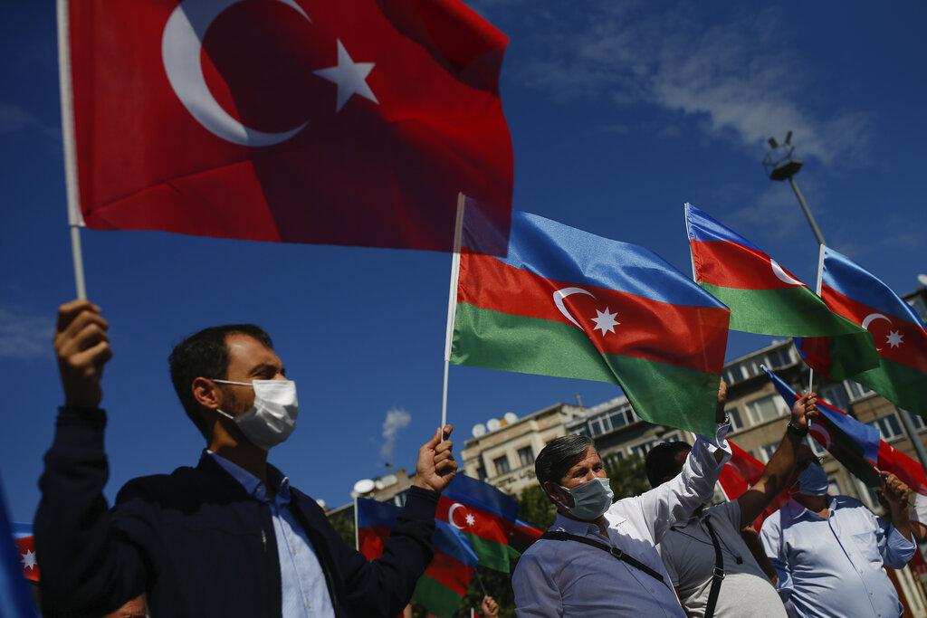 ผู้ชุมนุมเดินขบวนสนับสนุนอาเซอร์ไบจาน โบกธงชาติอาเซอร์ไบจานและธงชาติตุรกี ที่เมืองอิสตันบุล ประเทศตุรกี วันพฤหัสบดี (1 ต.ค.)