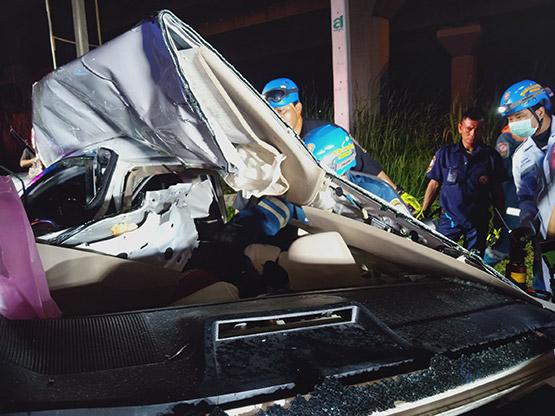 พ่อค้าอะไหล่รถยนต์ขับเก๋งกลับบ้าน ถูกหกล้อชนกลางลำเสียชีวิตคาซากรถ