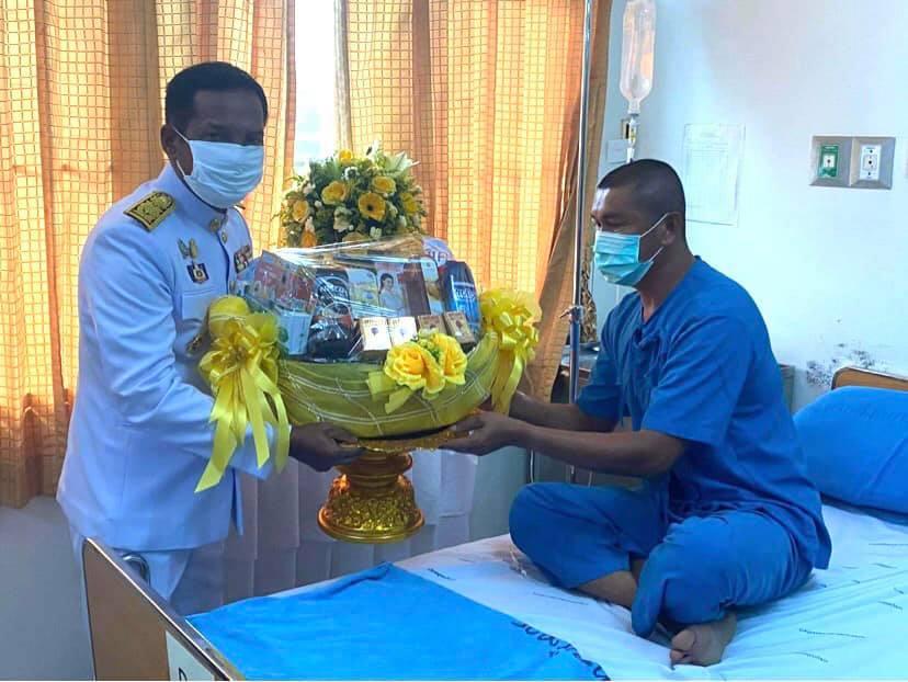 ในหลวง โปรดเกล้าฯ ให้ผวจ.ปัตตานี เชิญดอกไม้และตะกร้าสิ่งของพระราชทาน มอบแก่ทหารที่ได้บาดเจ็บจากเหตุคนร้ายลอบวางระเบิดขบวนรถกำลังพล