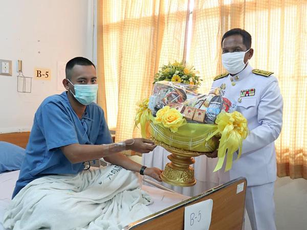 อัญเชิญดอกไม้และตะกร้าสิ่งของพระราชทานมอบแก่กำลังพลที่ได้รับบาดเจ็บ