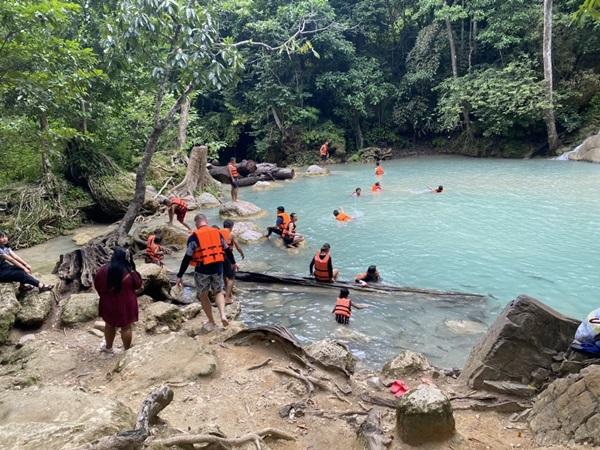 นักท่องเที่ยว แห่ลงทะเบียนลงเล่นน้ำตกเอราวัณ แห่งแรกของประเทศไทยที่ให้ลงเล่นน้ำได้
