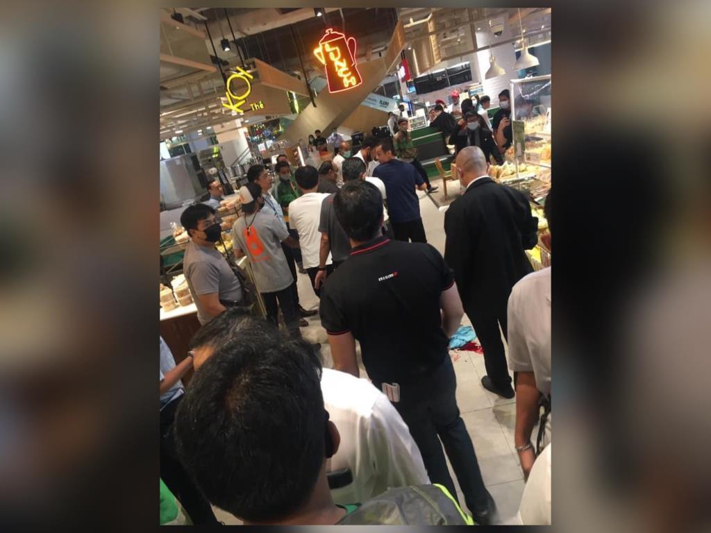 ชายคลุ้มคลั่งไล่แทงคนในห้างดังงามวงศ์วาน เจ็บ 4 ราย