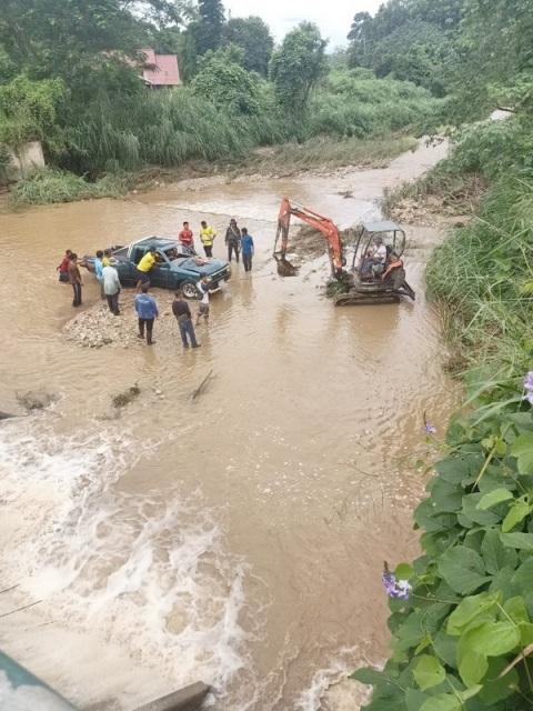 นาทีชีวิต!หนุ่มไทใหญ่บึ่งรถขนผักข้ามน้ำยวม โดนน้ำป่าซัดรถพลิกคว่ำตกฝาย โชคดีหนีตายหวุดหวิด