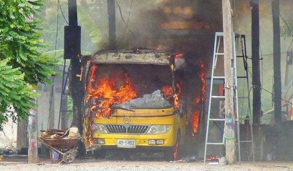 วอดทั้งคัน ! รถนักเรียน รร.เอกชนชื่อดังเมืองแปดริ้วเหตุสะเก็ดไฟเชื่อมหลังคากระเด็นทำไฟลุกท่วม