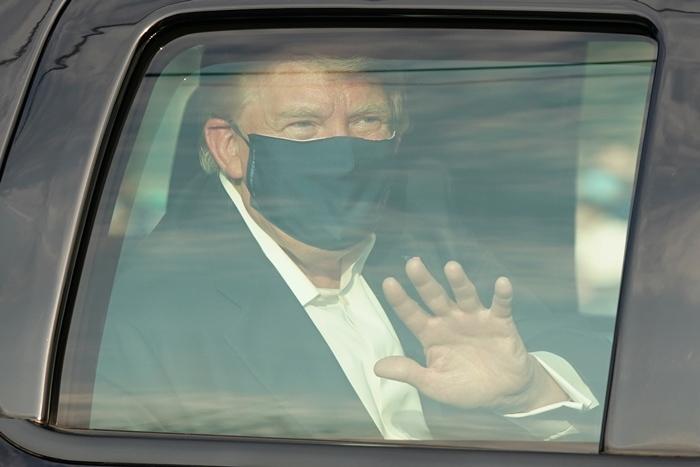 'ทรัมป์'ลุ้น 'แพทย์'จะยอมให้ออกจากโรงพยาบาลวันนี้  แม้ถูกวิจารณ์ยับที่ปล่อยให้เขาดอดนั่งรถยนต์  ออกมาทักทายกองเชียร์ทั้งที่ป่วยโควิด-19
