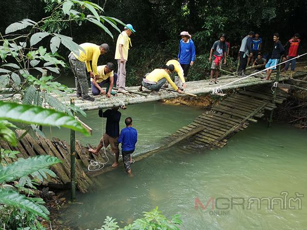 ว่าที่ผู้ว่าฯ ตรังคนใหม่นำทีมร่วมสร้างสะพานไม้ไผ่ชั่วคราวข้ามคลองลิพังช่วยชาวบ้าน