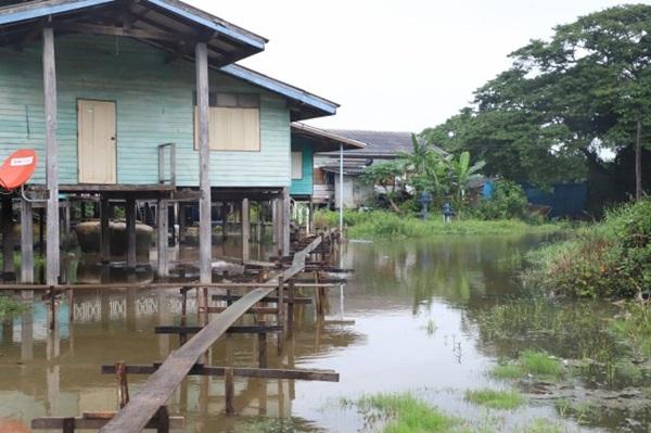 ผู้ว่าฯอยุธยา ลงพื้นที่ติดตามสถานการณ์น้ำในพื้นที่รับน้ำริมแม่น้ำน้อย