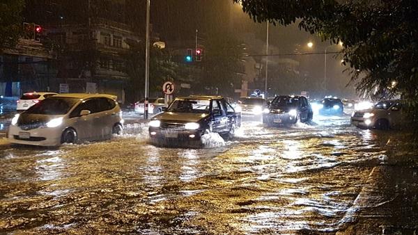 ฝนถล่มเมืองเพชร ทำน้ำท่วมถนนเพชรเกษมและบ้านเรือน จนท.เร่งแจกกระสอบทราย