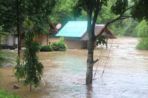 น้ำป่าไหลหลากล้นตลิ่งแม่น้ำภาชี เข้าท่วมรีสอร์ตและแห่งท่องเที่ยวรินธาร เสียหายหนัก